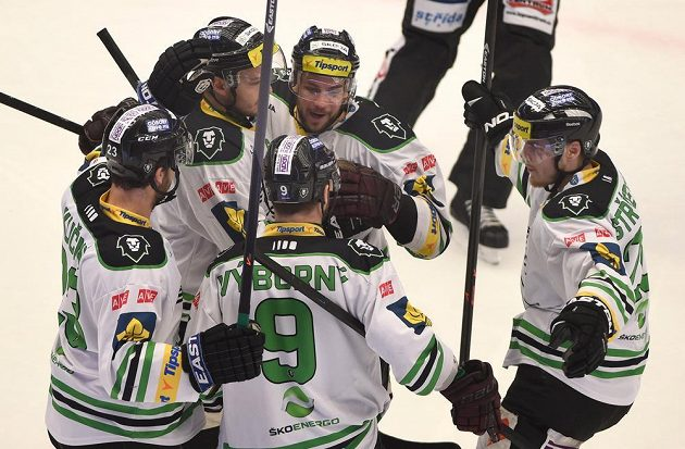 Hráči Boleslavi se na třineckém ledě radují z vyrovnávací branky, kterou dal Michal Bárta.
