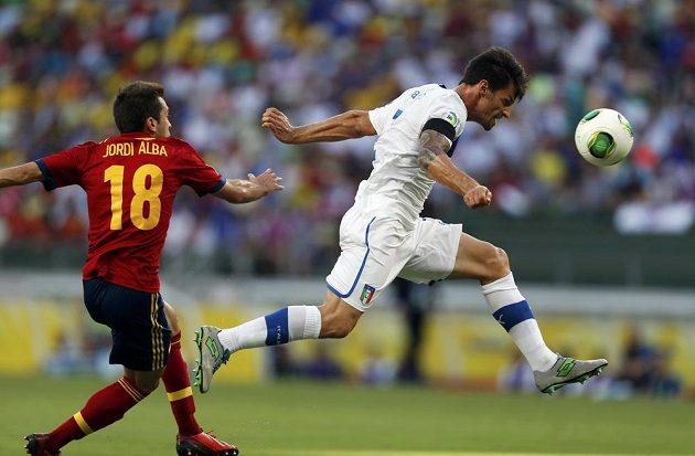 Španěl Jordi Alba se pokouší zastavit Itala Christiana Maggia v semifinále Poháru FIFA.