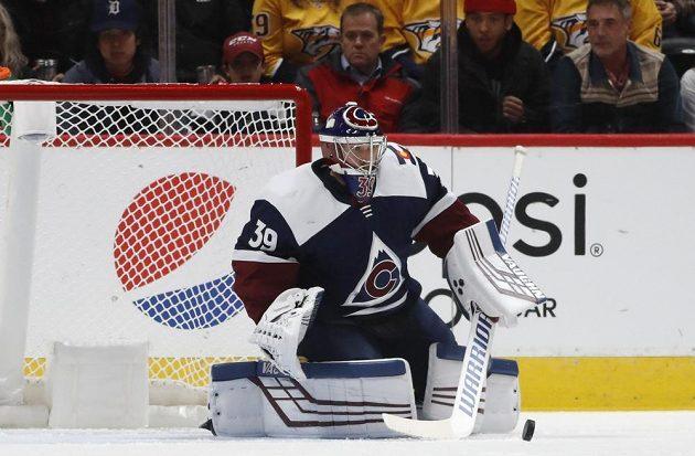 Brankář Colorada Avalanche Pavel Francouz zasahuje během utkání NHL.