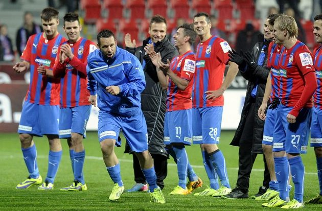 Plzeňský záložník Pavel Horváth slaví se svými spoluhráči vítězství nad Jabloncem.