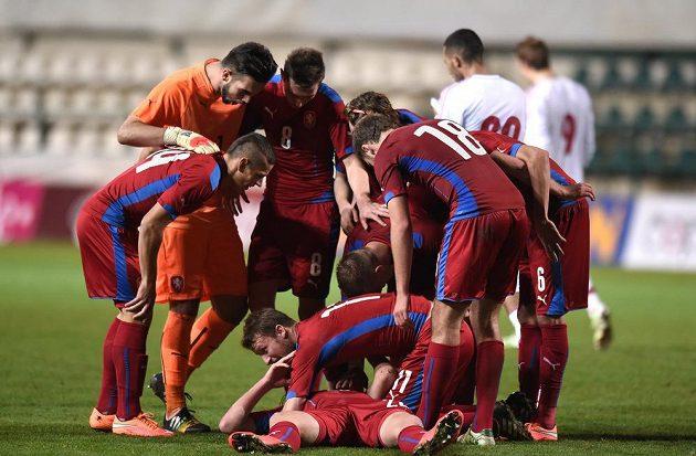 Fotbalisté české reprezentace do 21 let oslavují gól na 2:2 během přátelského utkání s Dánskem.