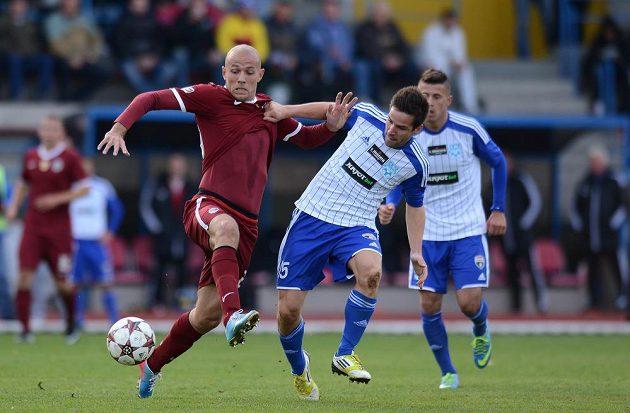 Sparťan Roman Bednář (vlevo) bojuje o míč s Matúšem Lackem ze Znojma v osmifinále Poháru České pošty.