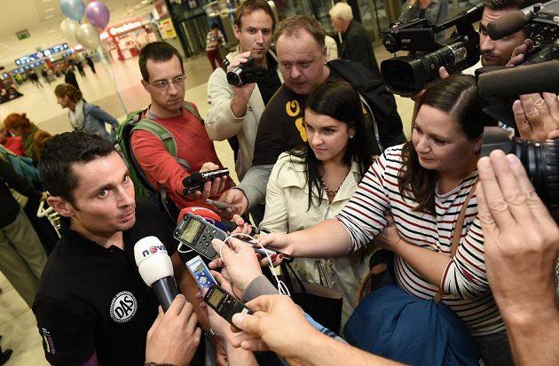 Jiří Ježek (vlevo) s novináři po příletu do Prahy z amerického Greenvillu.