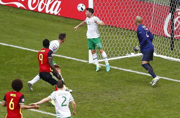Ir Wes Hoolahan zachraňuje na brankové čáře při šanci Belgičanů.