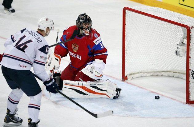 Ruský hokejový brankář Ilja Bryzgalov (vpravo) inkasuje gól z hole amerického obránce Matta Hunwicka (není na snímku). Kotouč sleduje útočník USA Nick Bjugstad.