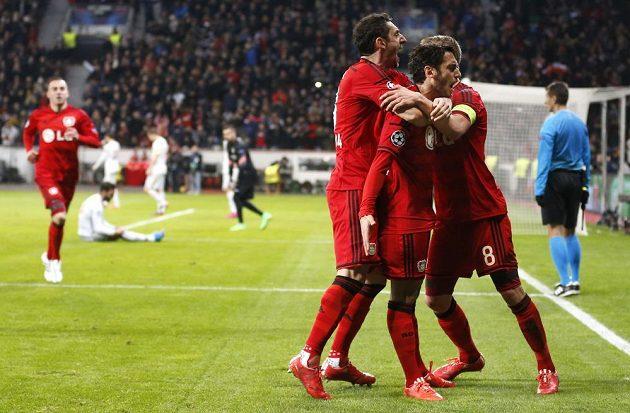Leverkusenský Hakan Calhanoglu (druhý zprava) se spoluhráči oslavuje gól proti Atlétiku Madrid.