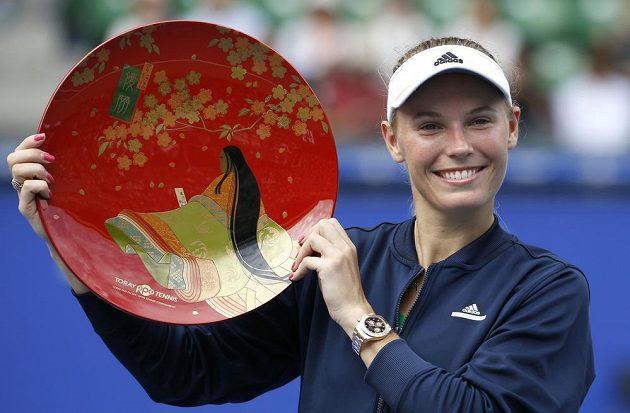Dánská tenistka Caroline Wozniacká s trofejí pro vítězku turnaje v Tokiu.