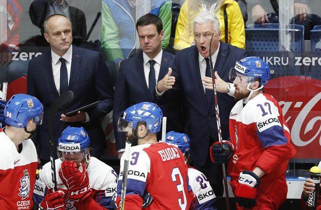 Trenér Miloš Říha (vpravo) má co říct hráčům v utkání s Lotyšskem.