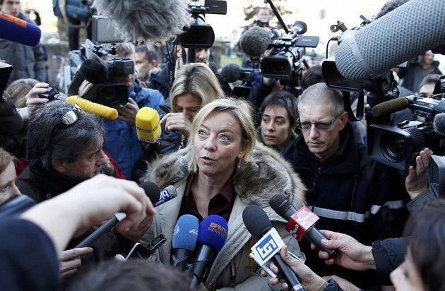 Schumacherova manažerka Sabine Kehmová odpovídá na dotazy novinářů před nemocnicí v Grenoblu.