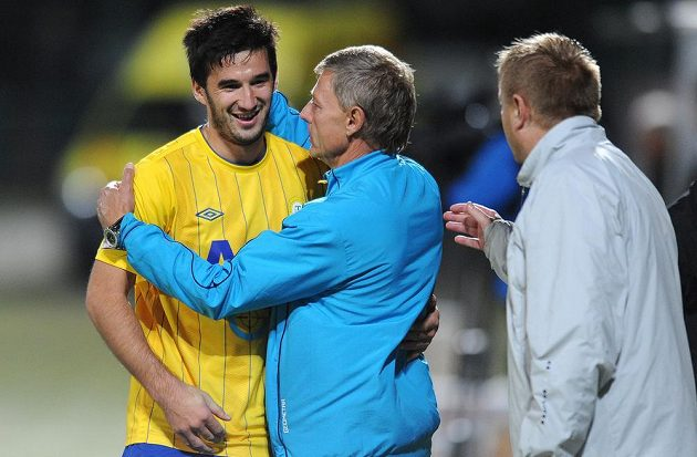 Útočník Aidin Mahmutovič (vlevo) a trenér Teplic Zdeněk Ščasný se radují z gólu.