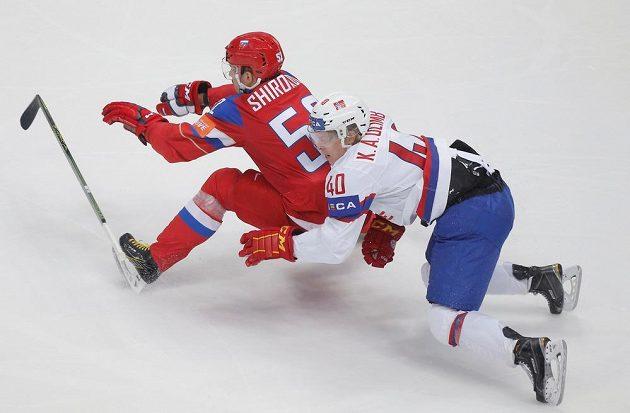 Ruský hokejista Sergej Širokov a Ken Andre Olimb z Norska.