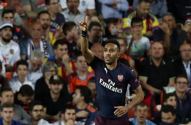 Pierre-Emerick Aubameyang slaví vyrovnávací branku proti Valencii
