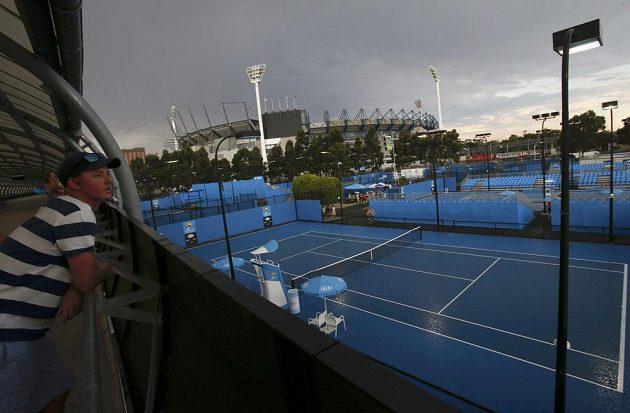 Tropická vedra vystřídala ve čtvrtek během Australian Open bouřka.