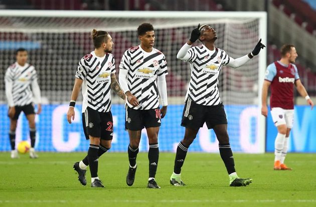 Paul Pogba se raduje ze spoluhráči z gólu proti Manchesteru United.