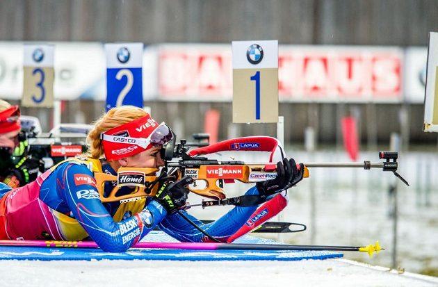 Gabriela Soukalová na střelnici během stíhacího závodu.