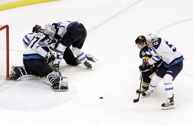 Sidney Crosby (87) z Pittsburghu dává rozhodující branku v utkání proti Winnipegu.