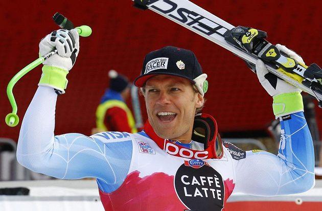 Americký lyžař Steven Nyman se raduje z vítězství ve sjezdu ve Val Gardeně.