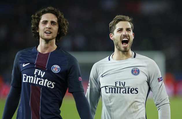 Adrien Rabiot a Kevin Trapp z Paris SG se radují po utkání s Barcelonou.