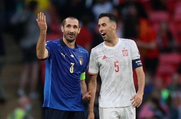 O čem si asi vyprávěli zkušení Giorgio Chiellini (vlevo) a Španěl Sergio Busquets?