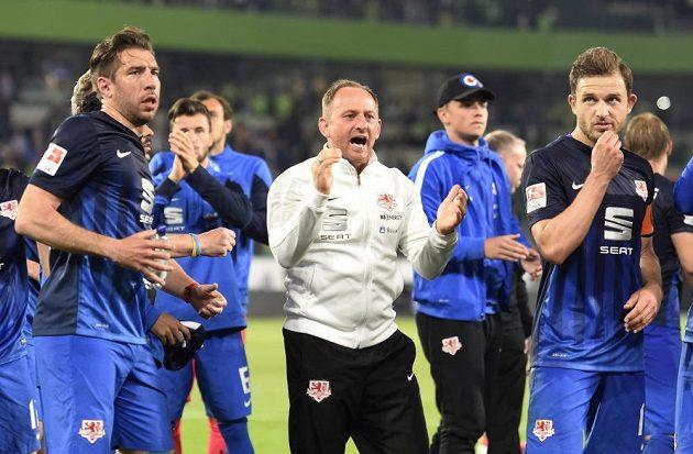 Kouč Torsten Lieberknecht (uprostřed) s hráči zdraví fanoušky Braunschweigu po prvním utkání baráže s Wolfsburgem.