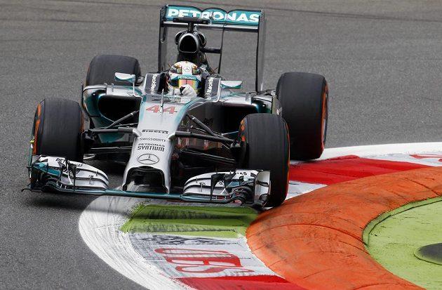 Pilot Mercedesu Lewis Hamilton na okruhu v Monze.