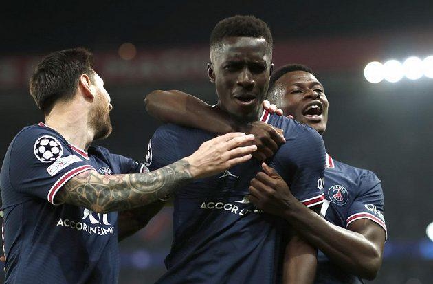 Autorovi úvodní trefy zápasu mezi PSG a Manchesterem City Idrissovi Gueyemu (uprostřed) přišel poblahopřát i Lionel Messi (vlevo).