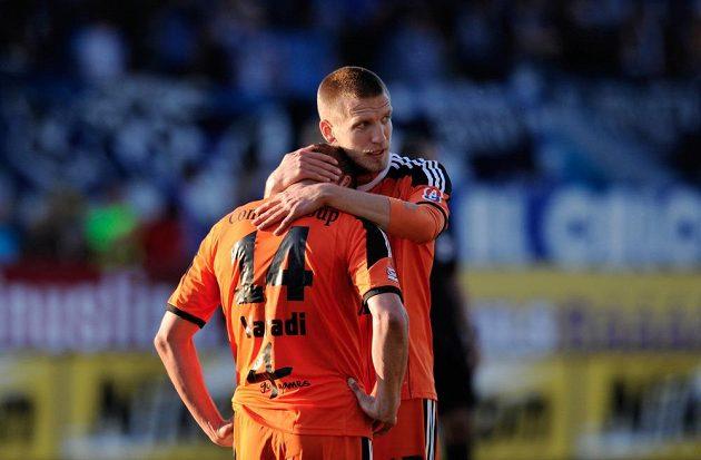 Smutní fotbalisté Olomouce Martin Šindelář (vpravo) a Adam Varadi.