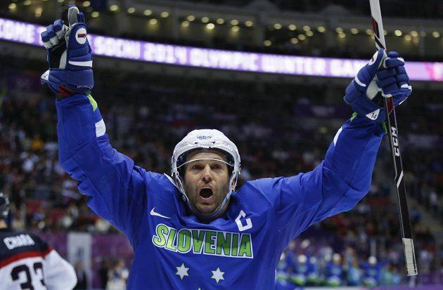 Slovinský útočník a kapitán Tomaž Razingar se raduje z branky, která rozhodla o vítězství nad Slováky.