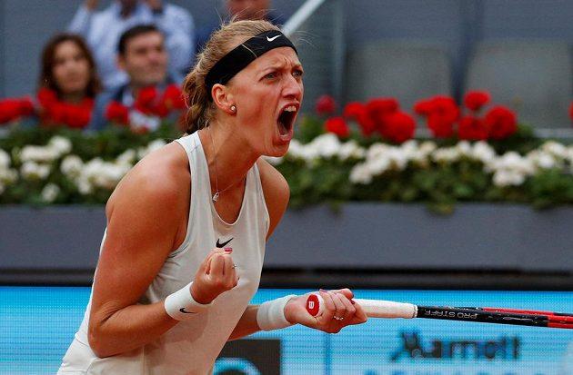 Petra Kvitová se hecuje ve finále turnaje v Madridu.