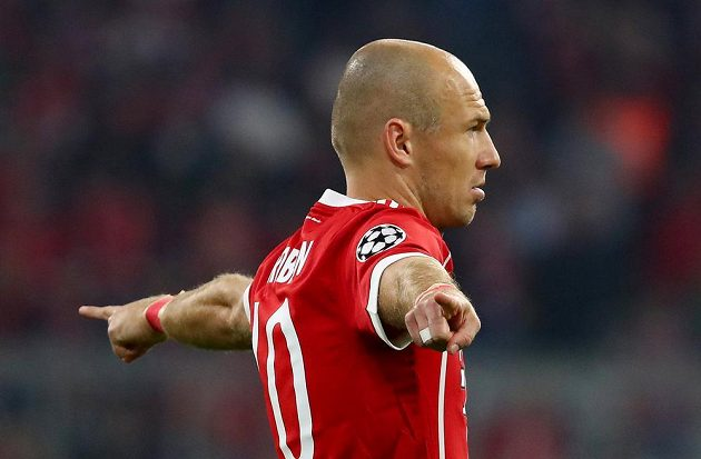 Fotbalista Bayernu Mnichov Arjen Robben gestikuluje během utkání Ligy mistrů.