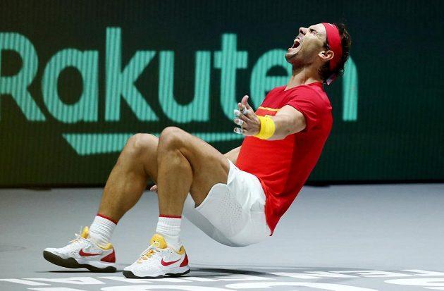 Španěl Rafael Nadal jásá po vítězném míči proti Denisi Shapovalovi z Kanady.