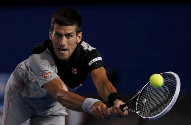 Srb Novak Djokovič v zápase o semifinále se Stanislasem Wawrinkou.
