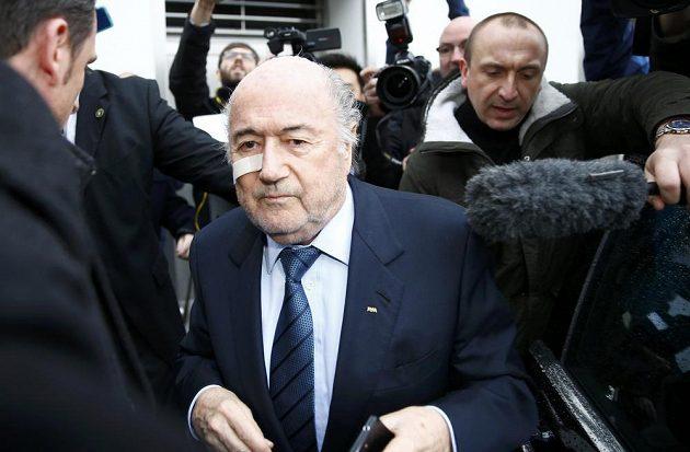 Sepp Blatter mezi novináři v Curychu, kde se hájil proti suspendaci ze strany etické komise FIFA