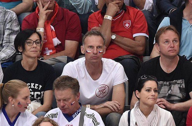 Dominik Hašek s vlaječkami na tvářích a Pavel Patera sledují utkání Česko - Švýcarsko.