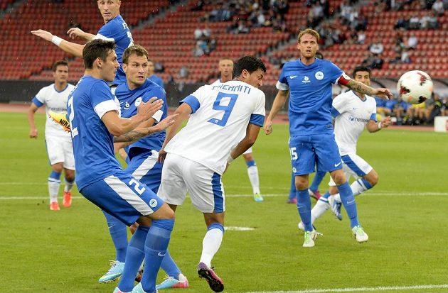 Amine Chermiti z Curychu střílí gól do liberecké sítě.