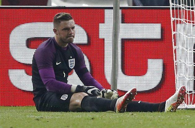 Smutný anglický gólman Jack Butland, po zranění musel hřiště opustit na nosítkách.
