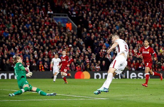 Edin Džeko střílí první gól římského celku na Anfieldu.