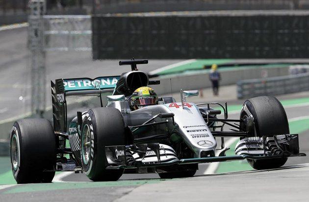 Pilot Mercedesu Lewis Hamilton během tréninku v Brazílii.