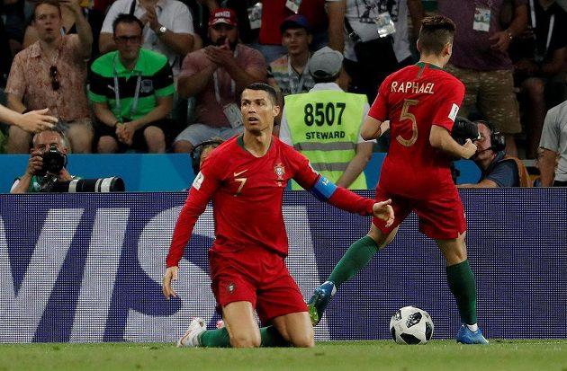 Portugalec Cristiano Ronaldo na kolenou, sudí odpískal penaltu. Tu portugalská hvězda v duelu se Španělskem na mistrovství světa proměnila.
