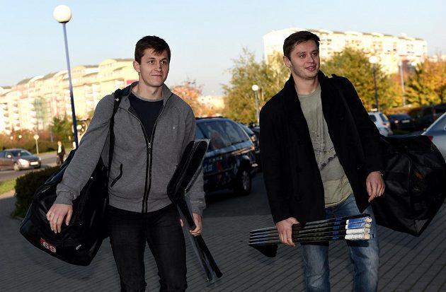 Lukáš Radil (vlevo) a Tomáš Zohorna přicházejí na sraz české hokejové reprezentace před turnajem Karjala.