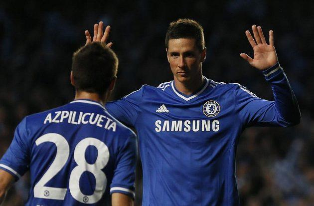 Útočník Chelsea Fernando Torres (vpravo) se raduje se spoluhráčem Cesarem Azpilicuetou ze vstřelení gólu do sítě Atlétika Madrid v odvetném semifinálovém duelu Ligy mistrů.