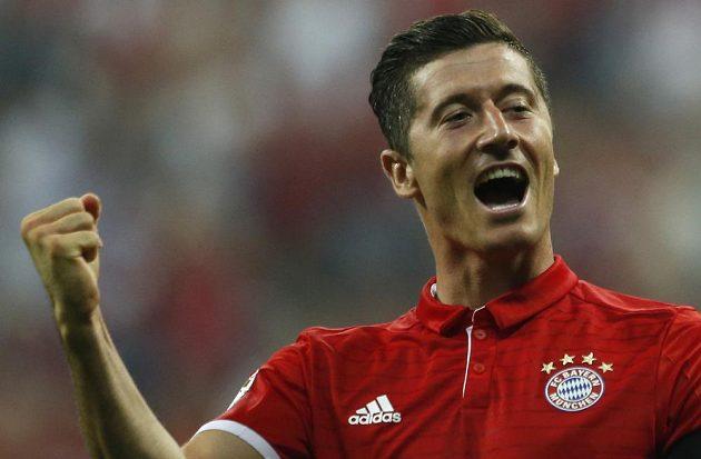 Robert Lewandowski z Bayernu se raduje po jednom ze svých tří gólů proti Brémám.