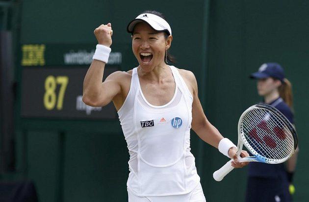 Japonka Kimiko Dateová-Krummová se ve Wimbledonu raduje z postupu přes Alexandru Cadantuovou.