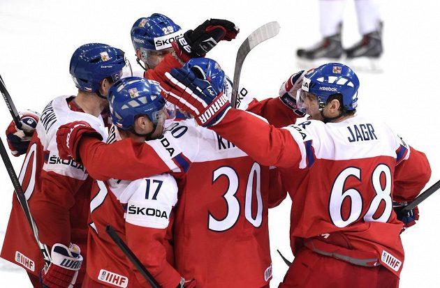 Zleva čeští hokejisté Roman Červenka, Vladimír Sobotka, Jan Kolář, Jakub Krejčík a Jaromír Jágr oslavují další přesný zásah v duelu s Rakouskem.