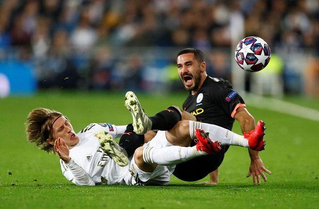 V ostrém souboji Luka Modrič (vlevo) z Realu Madrid a Ilkay Gündogan z Manchesteru City.