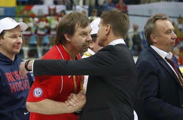 Trenér ruského mužstva Znarok přijímá gratulace k celkovému triumfu na turnaji od svého finského protějšku Westerlunda.