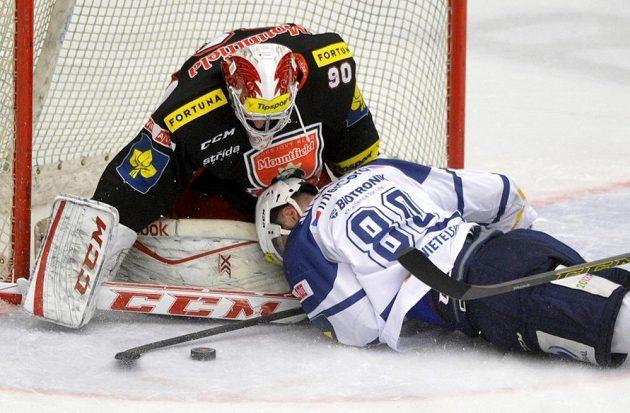 Plzeňský útočník Nicholas Johnson leží před královéhradeckým brankářem Ondřejem Kacetlem v zápase 46. kola hokejové Tipsport extraligy.
