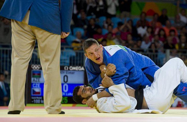 Rozhodující moment finále. Český judista Lukáš Krpálek (nahoře) poráží Elmara Gasimova z Ázerbájdžánu.