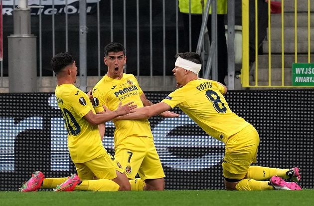 Fotbalisté Villarrealu se radují z vedení proti Manchesteru United