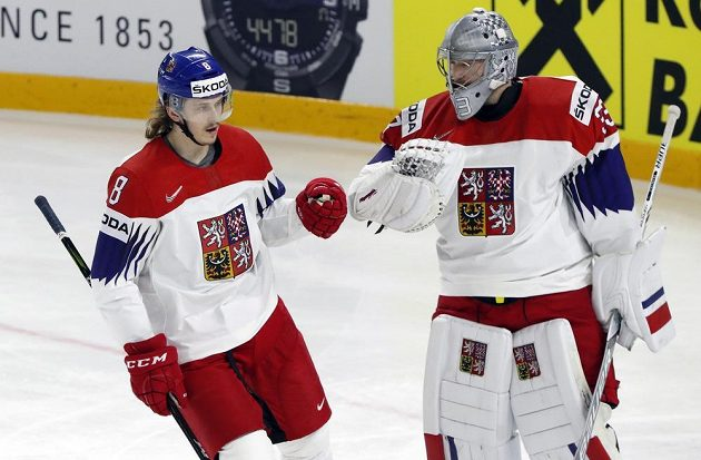 Libor Šulák se raduje po gólu proti Bělorusku s brankářem Pavlem Francouzem.